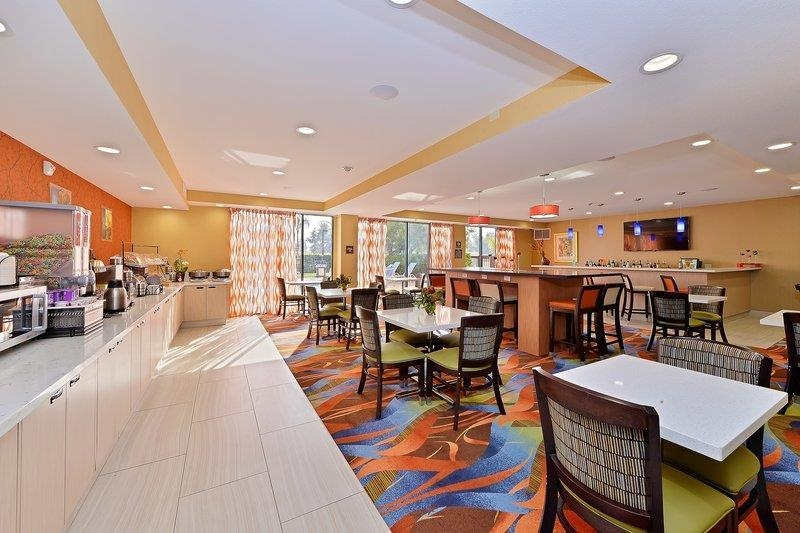 Best Western Plus Fresno Airport Hotel - Sit down and enjoy the morning news while having a complimentary breakfast.
