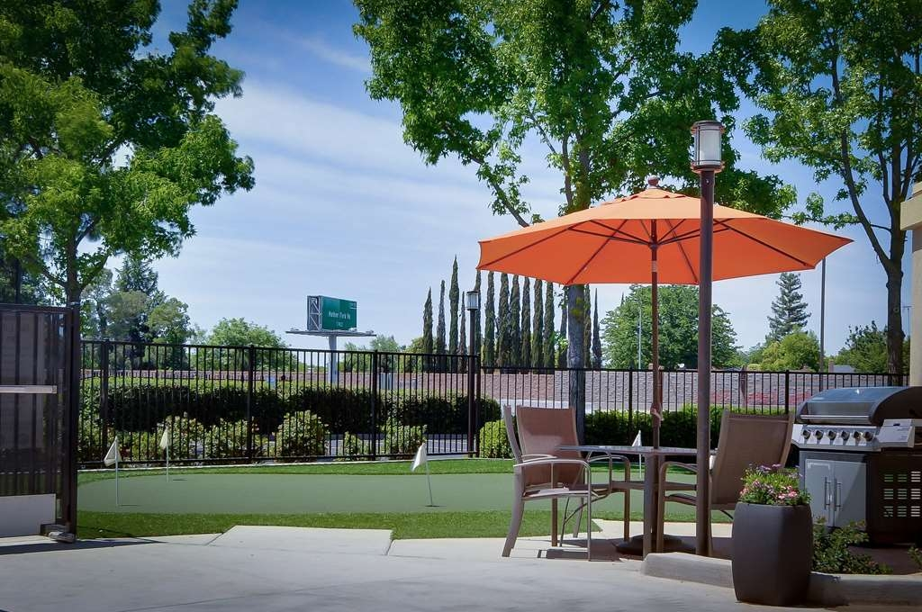 Best Western Plus Rancho Cordova Inn - Our BBQ area is the perfect place to get everyone together.