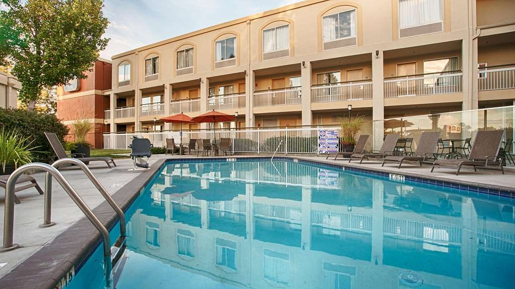 Best Western Plus Rancho Cordova Inn - Have some fun in the sun with your family at our outdoor pool complete with a picnic area.