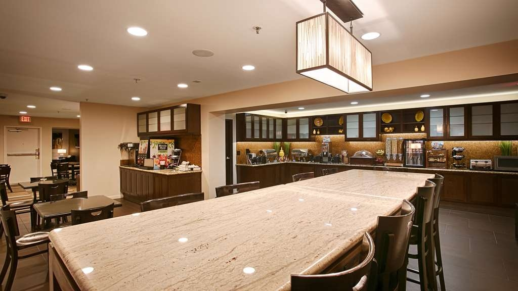 Best Western Plus Rancho Cordova Inn - Choose from a wide selection of seating to enjoy your morning meal.