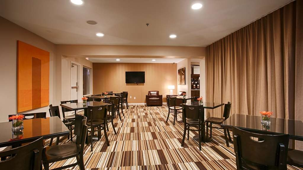 Best Western Plus Rancho Cordova Inn - Sit down and enjoy the morning news while sipping a delicious cup of coffee.