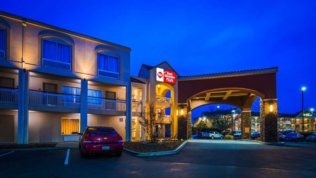 Best Western Plus Rancho Cordova Inn - Hotel Exterior at Night