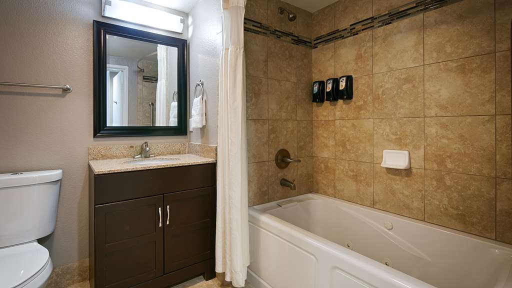 Best Western Plus Diamond Valley Inn - Guest Bathroom