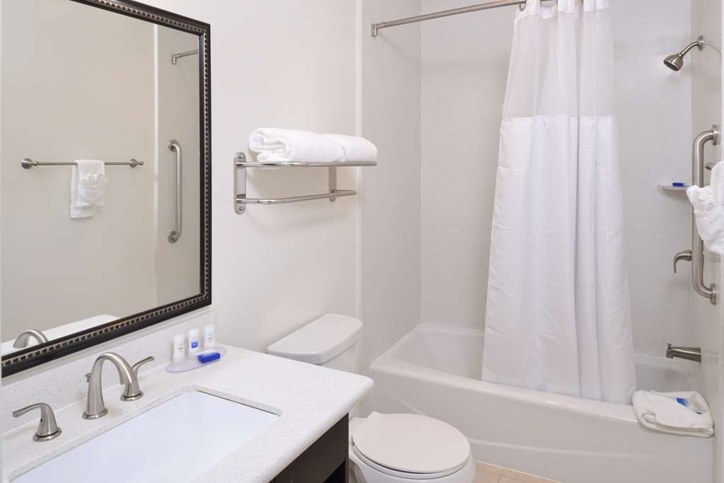 Best Western Plus LA Mid-Town Hotel - Guest Bathroom