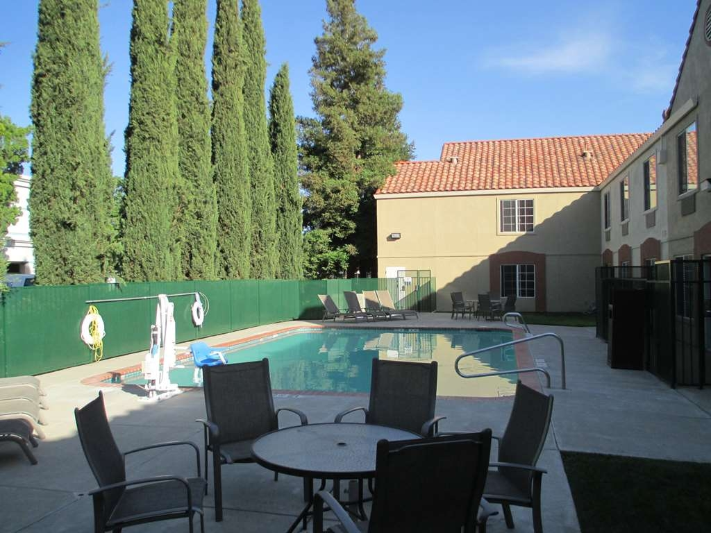 Best Western Brentwood Inn - Vista de la piscina