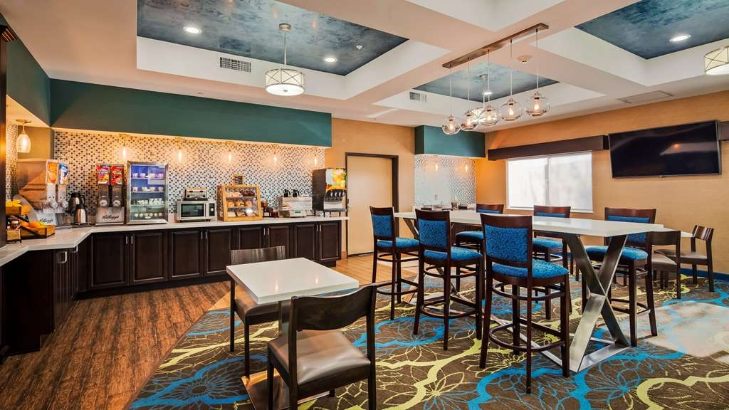 Best Western Plus Taft Inn - Enjoy a variety of breakfast items