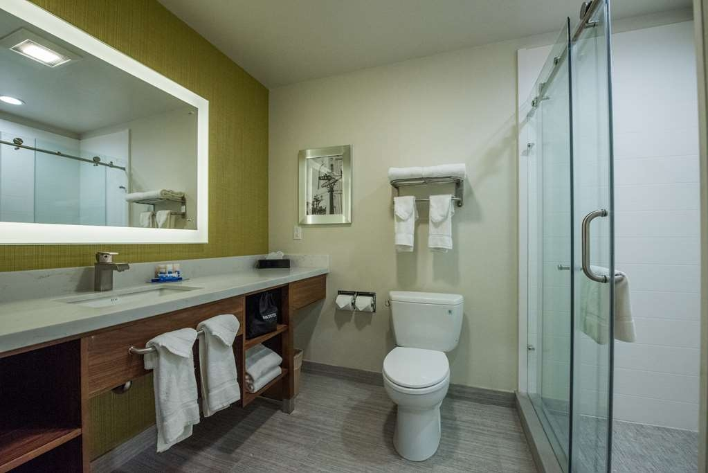 Best Western Plus Gardena Inn & Suites - Guest Bathroom