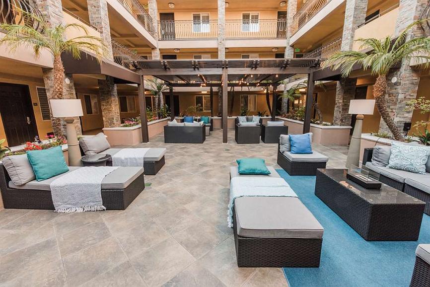 Best Western Plus Manhattan Beach Hotel - Courtyard