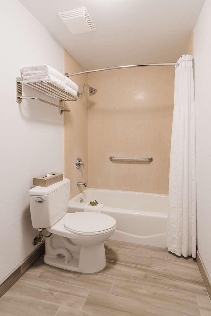 Best Western Plus Manhattan Beach Hotel - Suite Bathroom