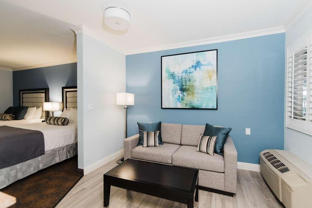 Best Western Plus Manhattan Beach Hotel - Queen Suite Living Area
