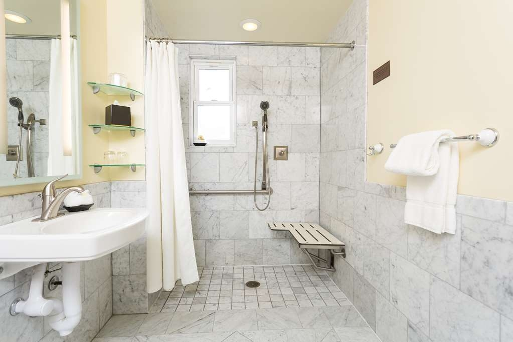 The Cartwright Hotel - Union Square, BW Premier Collection - Enjoy getting ready in the twin guest bathroom.