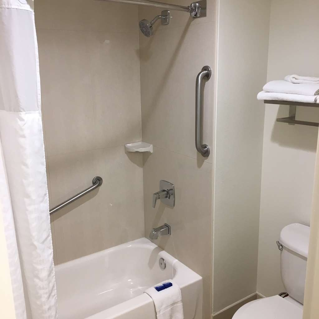 Best Western Paradise Hotel - Double Queen Guest Bathroom