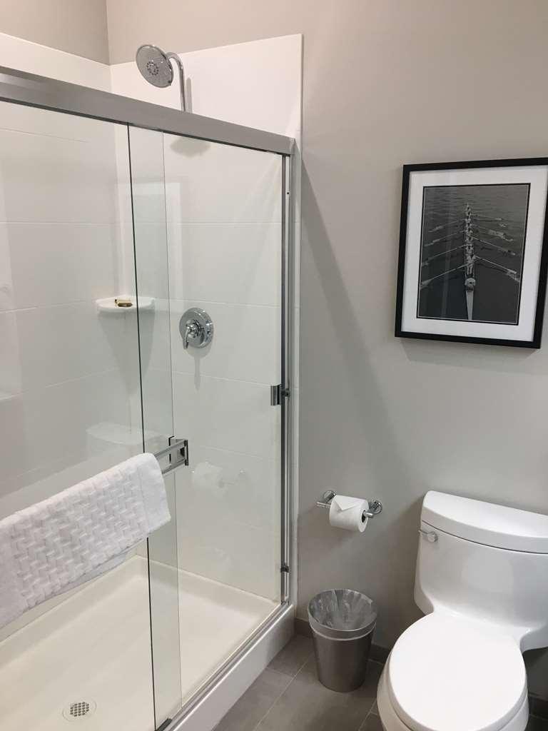 Best Western Plus Cameron's Inn - Double Queen Room Bathroom