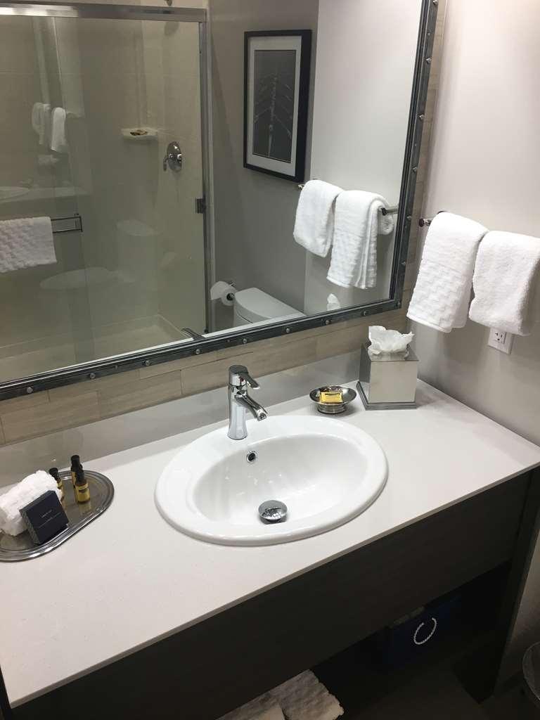 Best Western Plus Cameron's Inn - King Room Bathroom