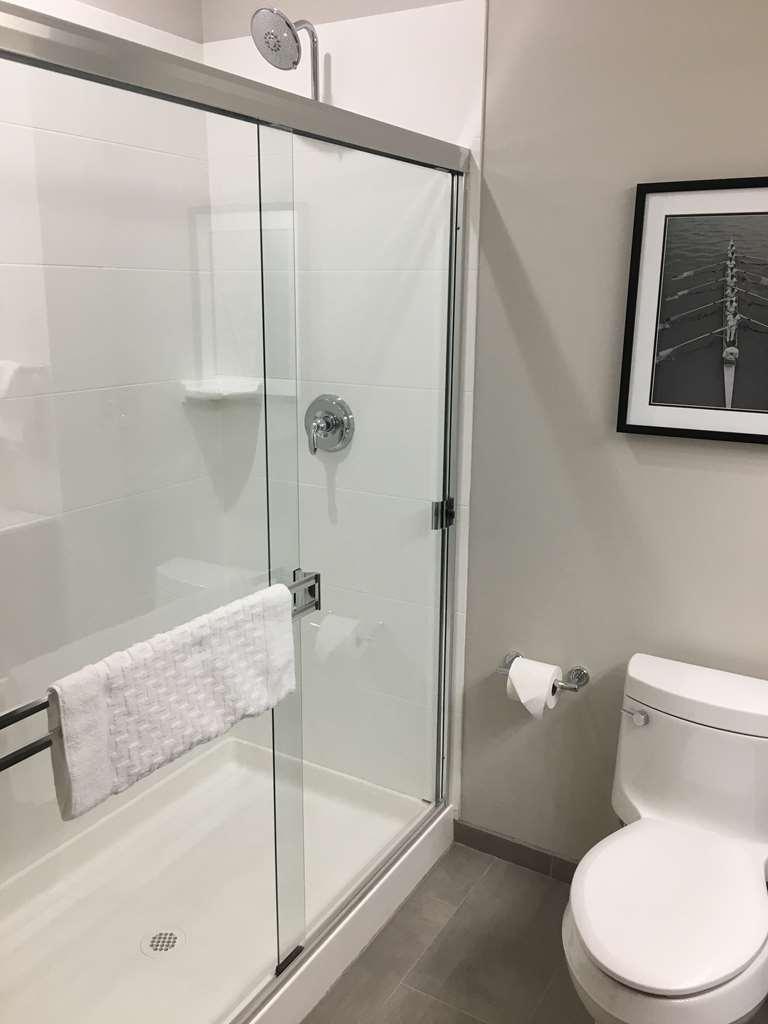 Best Western Plus Cameron's Inn - King Suite Bathrooom