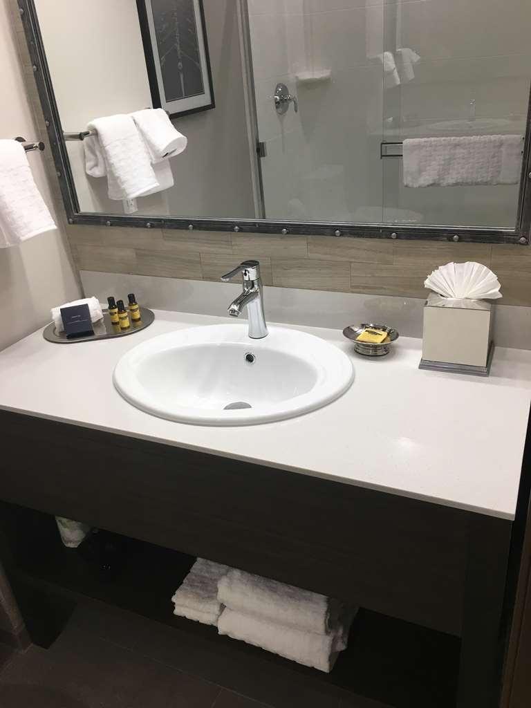 Best Western Plus Cameron's Inn - King Suite Bathroom
