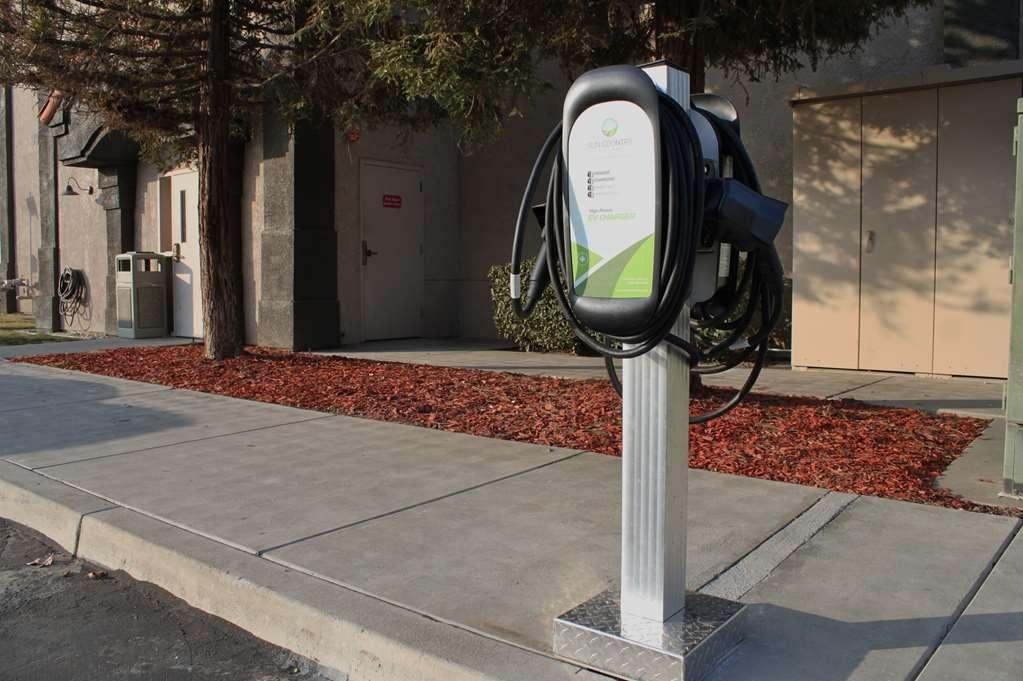Best Western Visalia Hotel - Electric Car Charging Parking