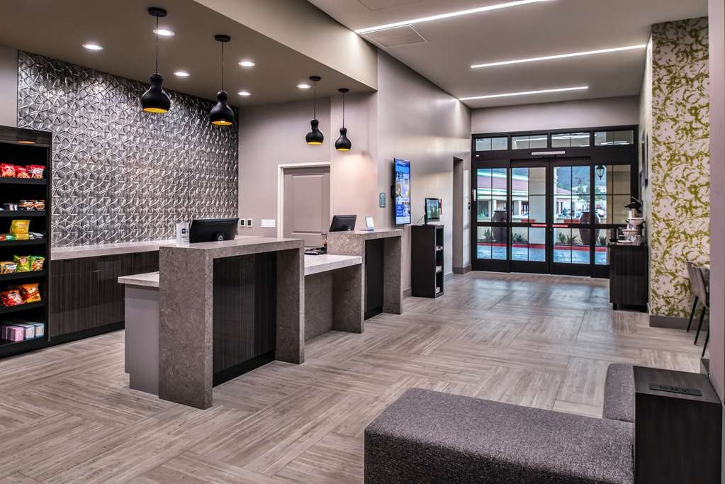 Best Western Plus Temecula Wine Country Hotel & Suites - Lobby