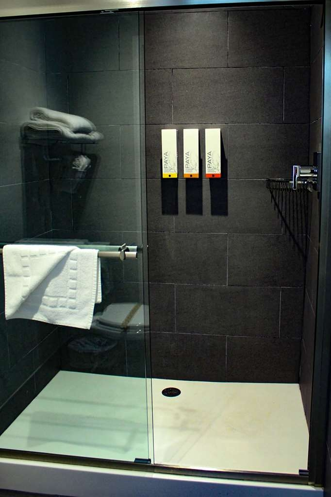 Best Western Crestview Hotel & Suites - BATHROOM