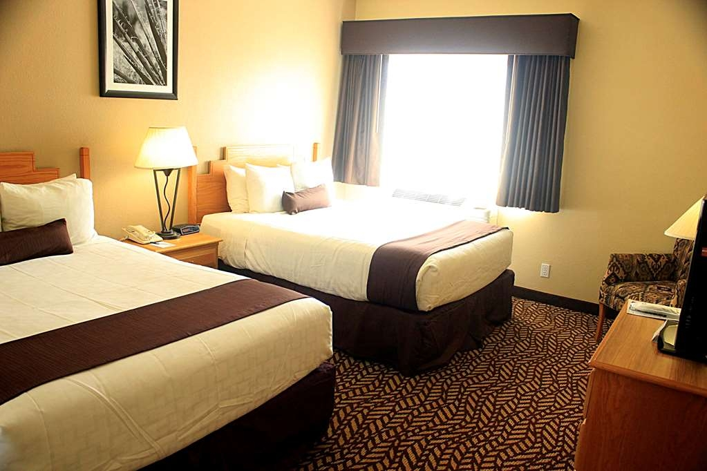 Best Western Turquoise Inn & Suites - There's plenty of space in our two queen room for sleeping, eating and working.