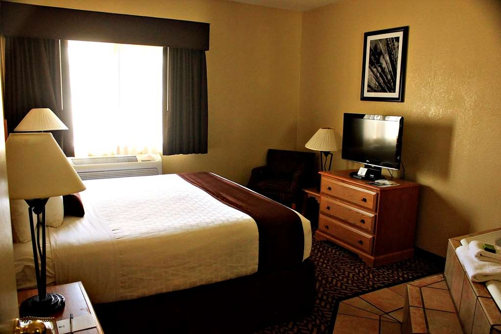 Best Western Turquoise Inn & Suites - Live in true luxury when you book a king Jacuzzi Suite.