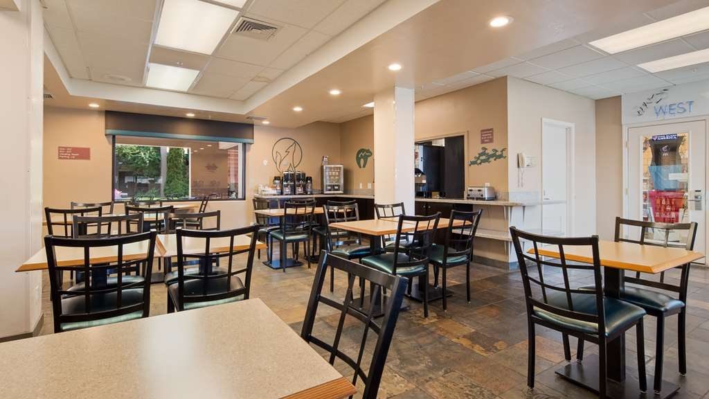 Best Western Turquoise Inn & Suites - Sit down and enjoy the morning news while sipping a delicious cup of coffee.