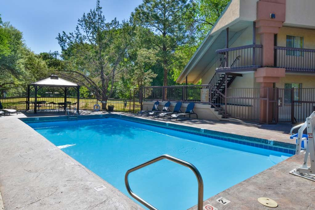 Best Western Durango Inn & Suites - Soak up some sun by the pool in the warm summer months.