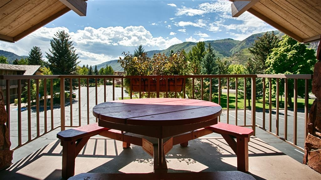 Best Western Antlers - Our outdoor seating area is a charming place to relax and enjoy Colorado mountain views.