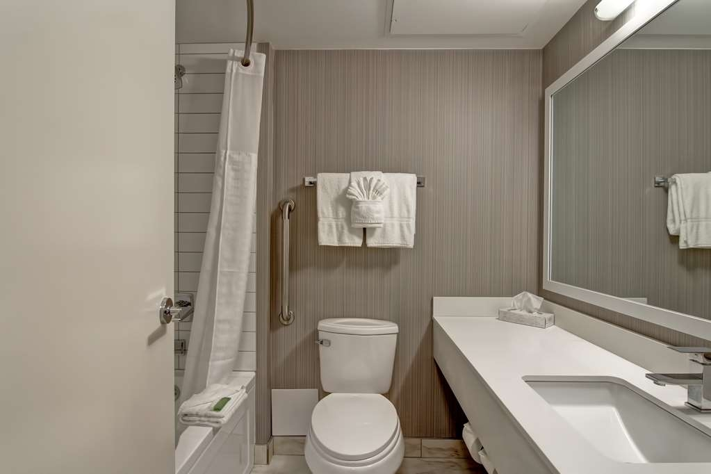 Best Western Cedar Park Inn - Our guest bathrooms are well-appointed with crisp clean towels and high-quality bathroom amenities.