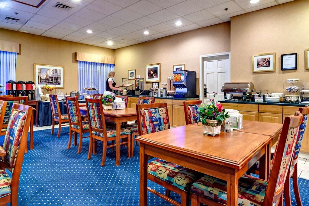 Best Western Plus Suites Downtown - Enjoy a full hot breakfast each morning in our warm and inviting breakfast area.