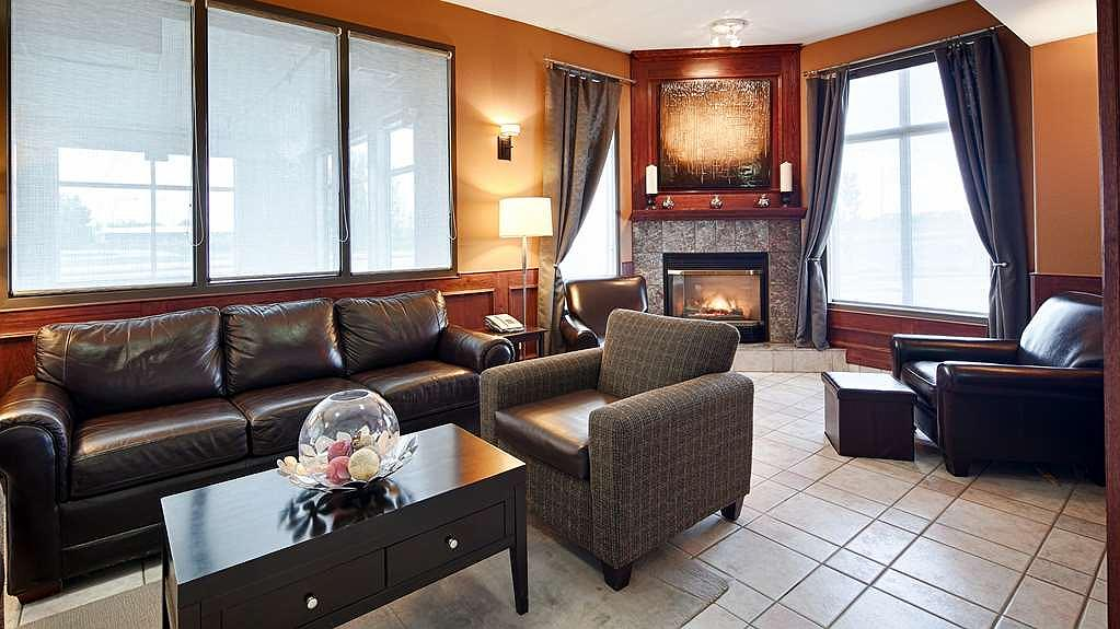Best Western Strathmore Inn - Socialize in our warm and inviting sitting area by the lobby.