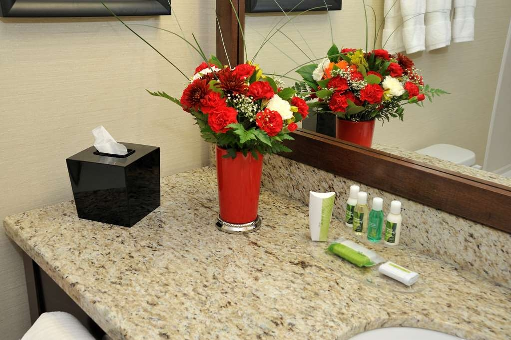 Best Western Premier Denham Inn & Suites - Guest Bathroom