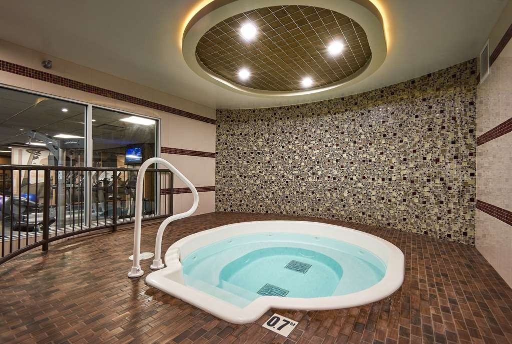 Best Western Premier Denham Inn & Suites - Unwind in the hot tub located in the fitness room.