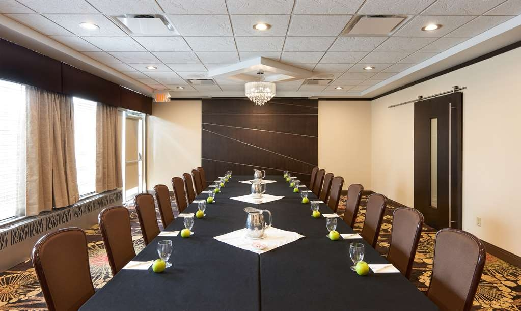 Best Western Premier Denham Inn & Suites - Featuring a small outdoor patio the Terrace Room offers the ideal setting for serious training seminars or business meetings.