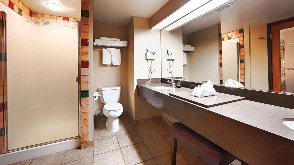 Best Western Pocaterra Inn - Executive Suite Bathroom