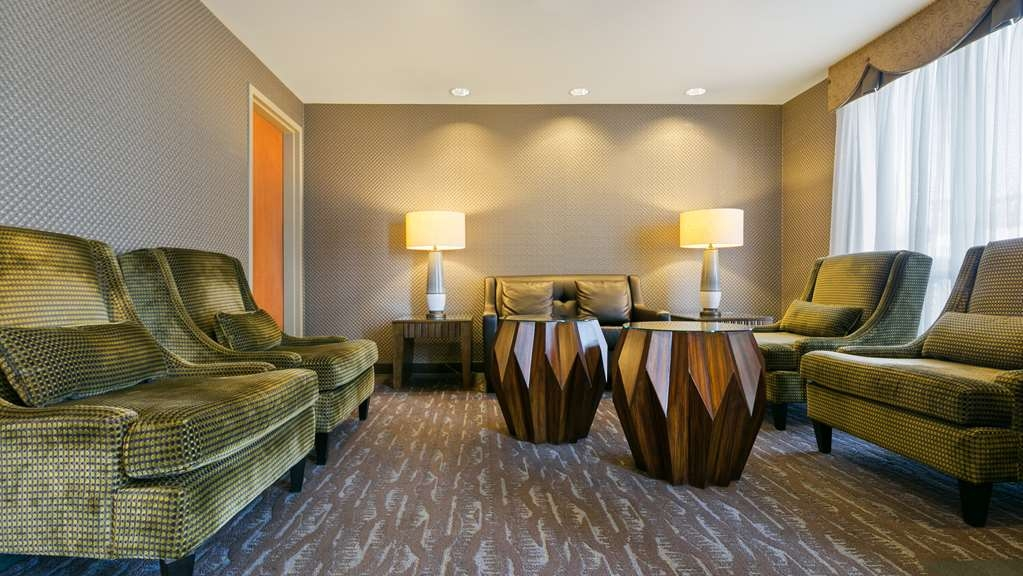Best Western Plus Calgary Centre Inn - Find a comfortable chair to chat with friends or flip through a magazine in our cozy lobby.