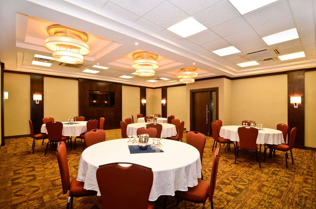 Best Western Wayside Inn - The Spatinow Room offers a 60-inch flat panel television for all types of presentations.