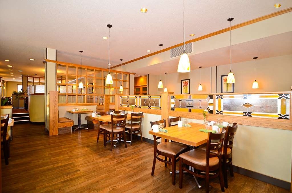 Best Western Wayside Inn - Enjoy the craftsmanship of butcher block tables and stained glass in O'Brian's Restaurant.