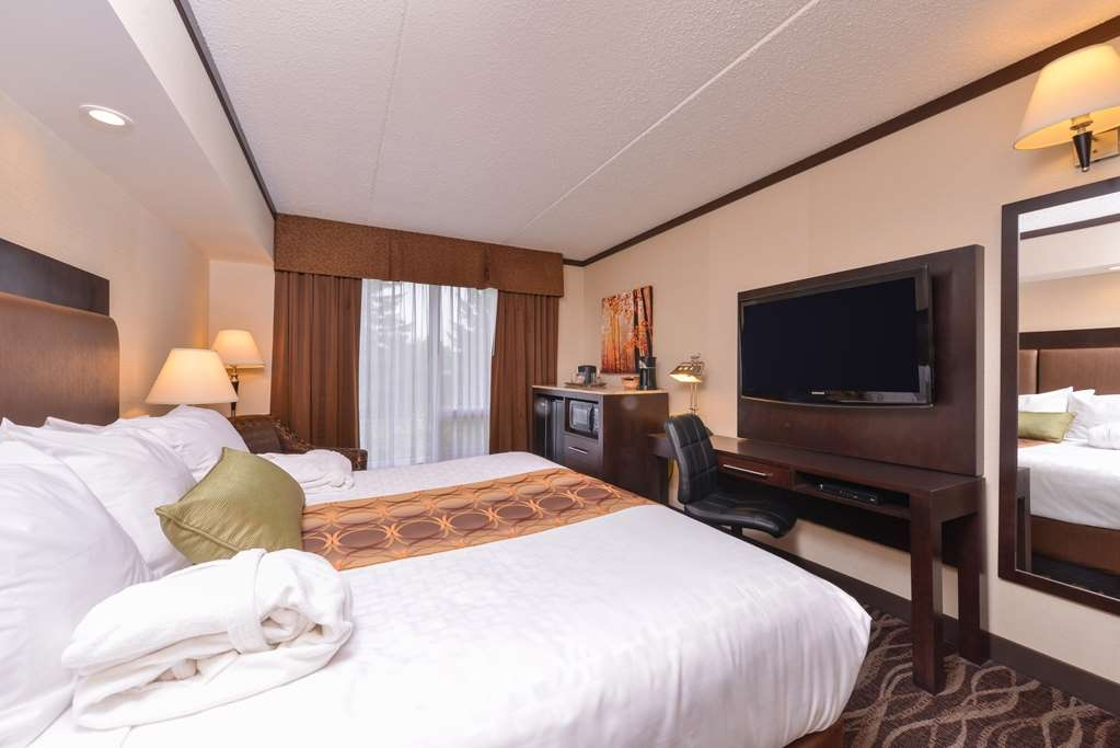 Best Western Wayside Inn - Business travelers can appreciate the convenience of a large guest room workspace.