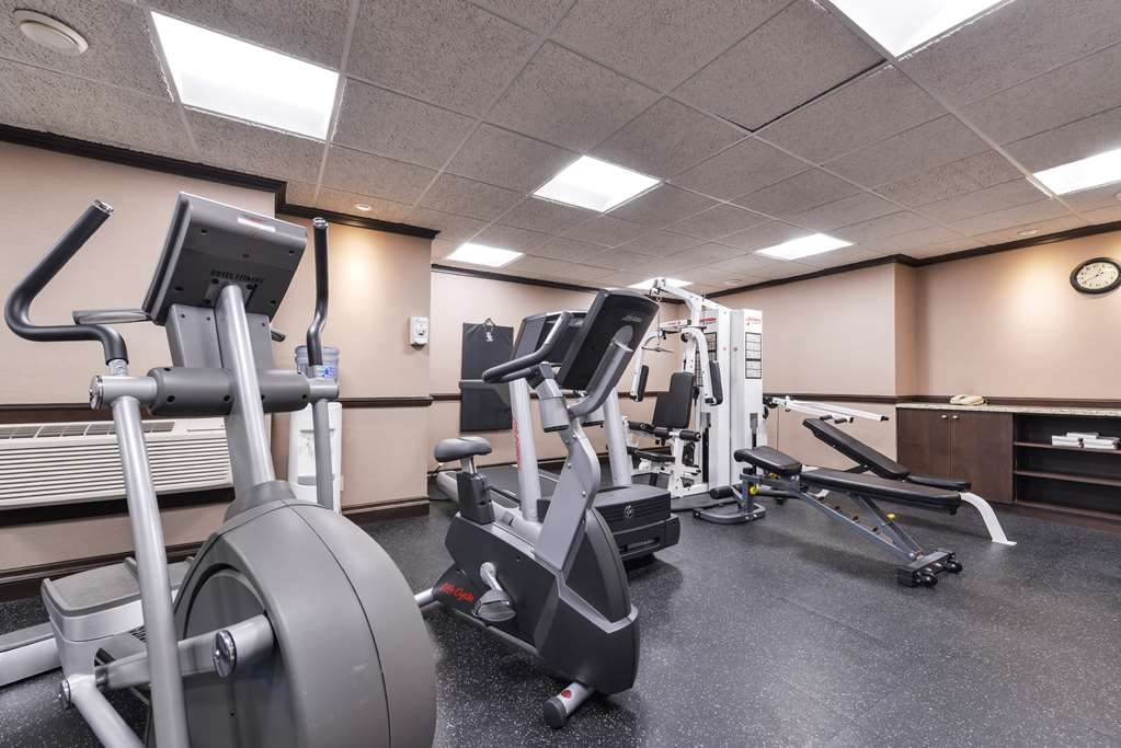 Best Western Wayside Inn - Spacious workout area featuring a treadmill, elliptical machine, strength station and free weights.