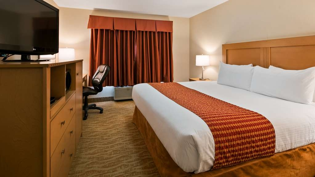 Best Western Grande Prairie Hotel & Suites - Spend a relaxing night together in our king bed guest room.