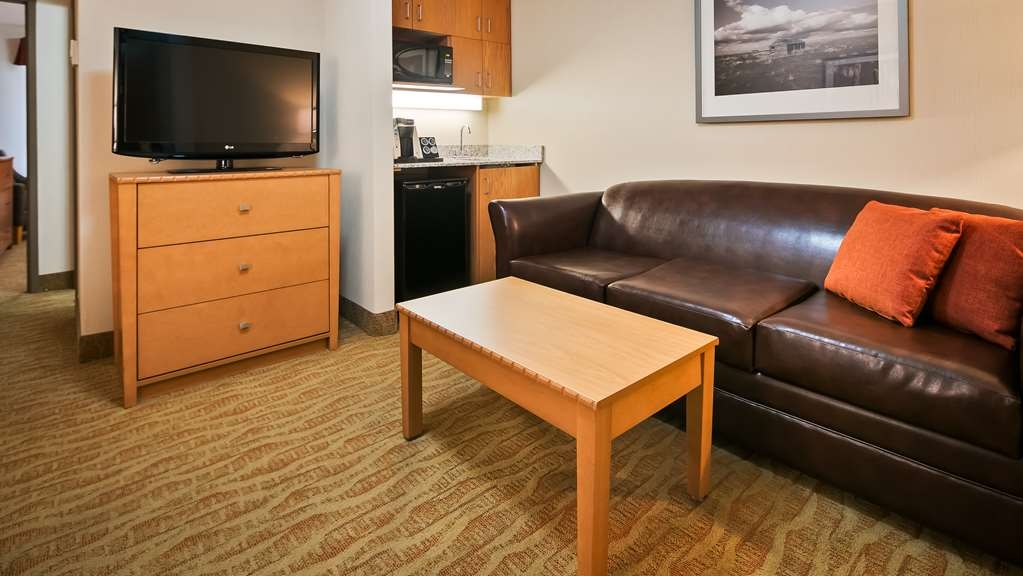 Best Western Grande Prairie Hotel & Suites - Immediately feel at home when you walk into this queen bed suite with a separate sitting area and sofa bed.