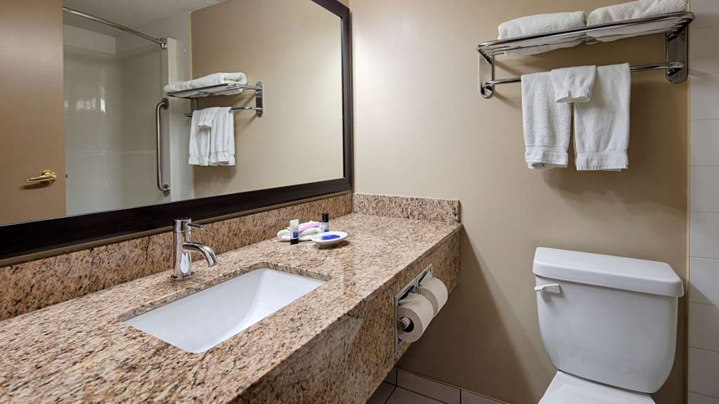 Best Western Plus Red Deer Inn & Suites - Guest Bathroom