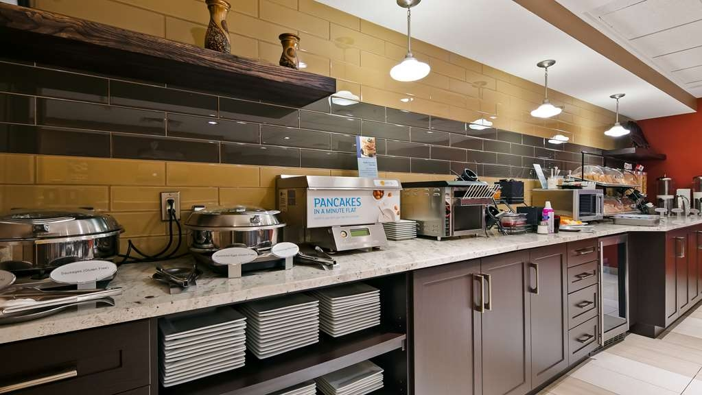 Best Western Plus Red Deer Inn & Suites - Breakfast Bar