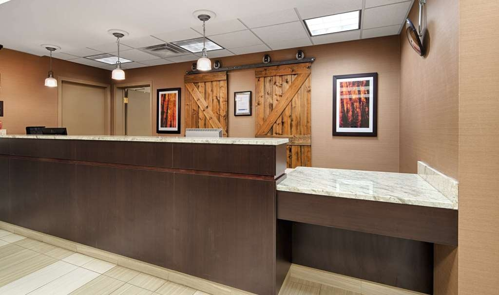 Best Western Plus Red Deer Inn & Suites - Front Desk