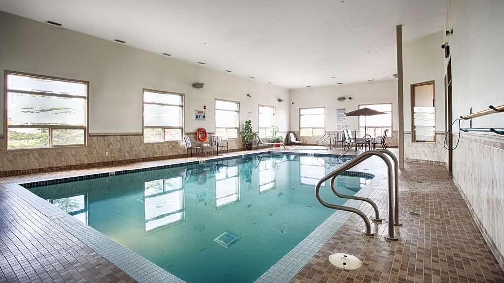 Best Western Wainwright Inn & Suites - Don't let the weather stop you from jumping in! Our indoor pool is heated year-round.