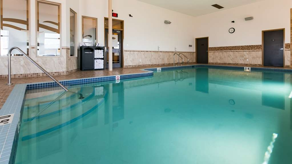 Best Western Wainwright Inn & Suites - Splash around and have fun with the family in our indoor, heated pool for endless hours of fun.