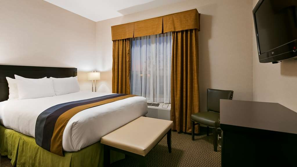 Best Western Wainwright Inn & Suites - Enjoy a separate bedroom in our Executive Suites. Sink into our comfortable beds each night and wake up feeling completely refreshed.