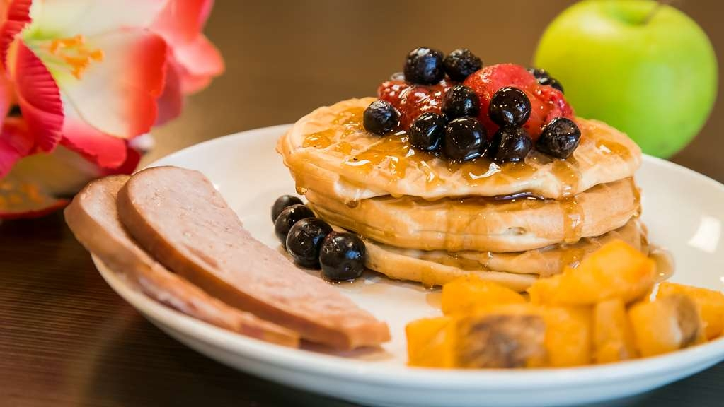 Best Western Wainwright Inn & Suites - Enjoy a balanced and delicious complimentary breakfast with choices for everyone.