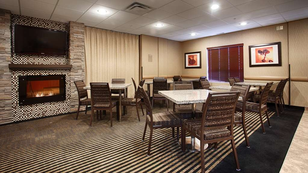 Best Western Plus South Edmonton Inn & Suites - Cozy up by the fireplace as you start your morning with our complimentary breakfast.